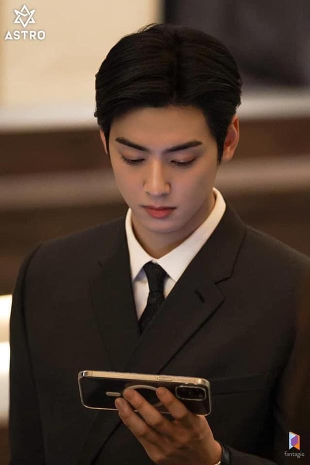 Netizen soi ra Cha Eun Woo chỉ làm màu với smartphone của Samsung trong True Beauty mà thôi, thật ra anh chàng là fan cứng của iPhone - Ảnh 4.