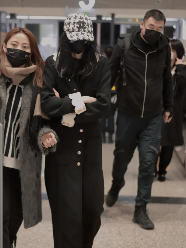 """Lấn át cả Jennie và Tống Thiến về độ """"bạo chi"""", Quan Hiểu Đồng diện hẳn áo Chanel 200 triệu ra sân bay - Ảnh 7."""