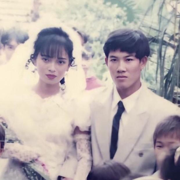 Bức ảnh cưới xuất sắc của bố mẹ ngày xưa, bảo sao con gái lại sở hữu vẻ đẹp viral MXH - Ảnh 1.