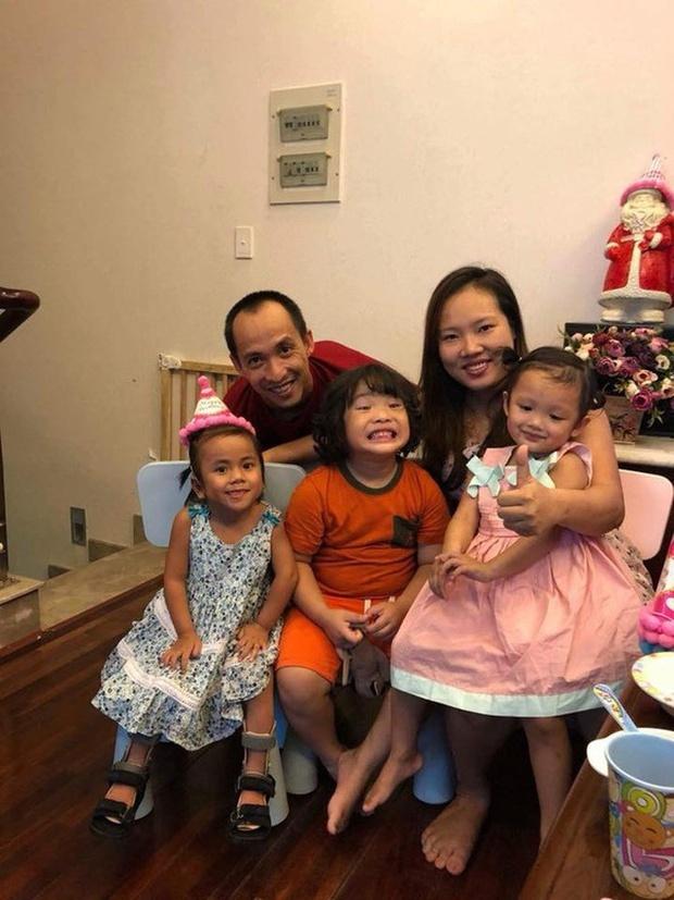 Em bé Mường Lát giờ đã lớn phổng phao, nở nụ cười hạnh phúc khi được mẹ nuôi tặng quà ngày cận Tết - Ảnh 4.