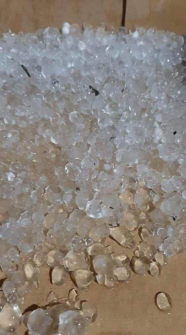 Không khí lạnh đổ bộ, Lai Châu xuất hiện mưa đá hạt to như hòn bi - Ảnh 3.