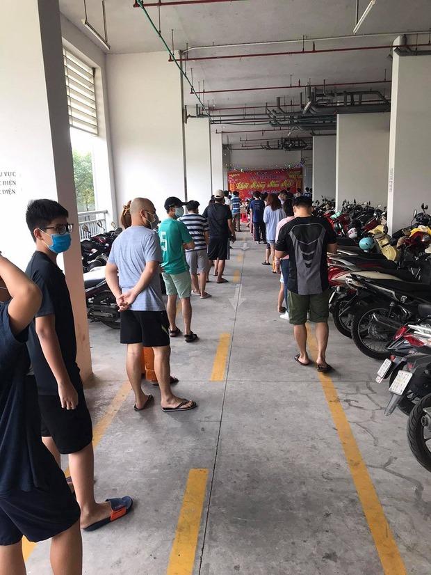 Phong toả chung cư hơn 300 hộ dân ở quận Gò Vấp, hàng quán xung quanh buộc tạm ngưng nhận khách - Ảnh 4.
