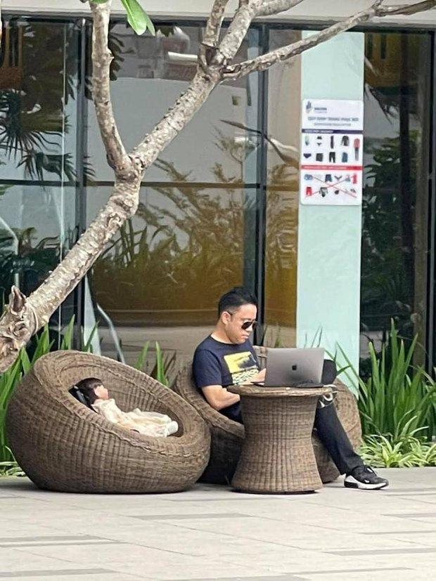 Team qua đường hốt hoảng khi bắt gặp Victor Vũ bế búp bê đi quanh chung cư, đặt chễm chệ bên ghế khi ngồi cà phê - Ảnh 5.