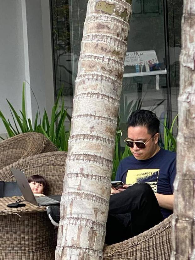 Team qua đường hốt hoảng khi bắt gặp Victor Vũ bế búp bê đi quanh chung cư, đặt chễm chệ bên ghế khi ngồi cà phê - Ảnh 4.