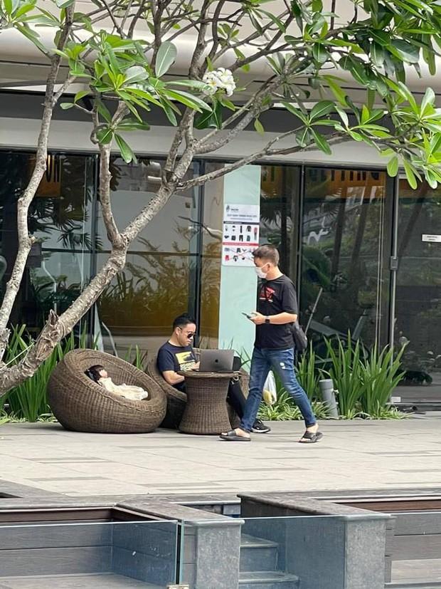 Team qua đường hốt hoảng khi bắt gặp Victor Vũ bế búp bê đi quanh chung cư, đặt chễm chệ bên ghế khi ngồi cà phê - Ảnh 3.