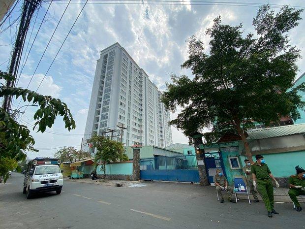 Phong toả chung cư hơn 300 hộ dân ở quận Gò Vấp, hàng quán xung quanh buộc tạm ngưng nhận khách - Ảnh 2.