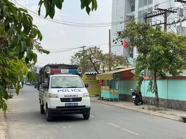 Phong toả chung cư hơn 300 hộ dân ở quận Gò Vấp, hàng quán xung quanh buộc tạm ngưng nhận khách - Ảnh 1.