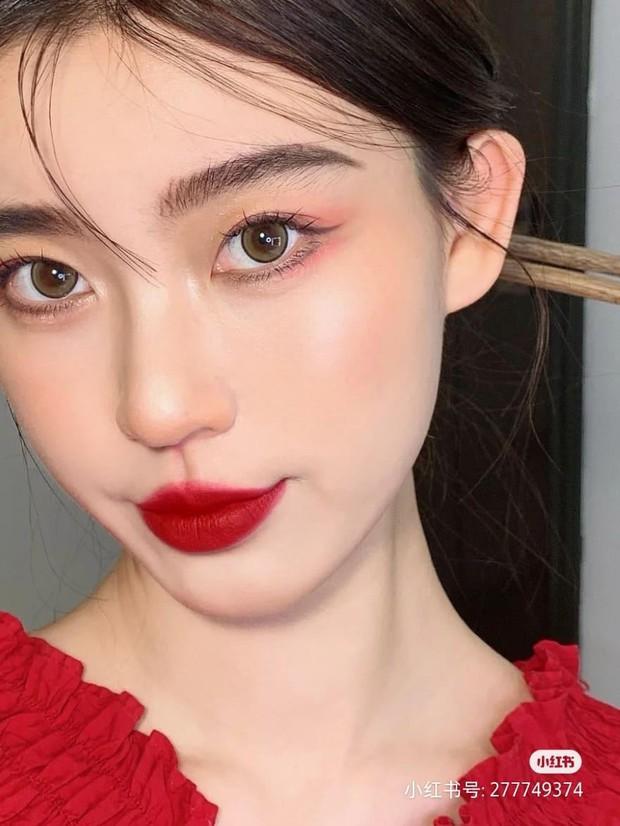 """Tường tận 5 bước makeup hóa nữ thần mùa xuân, nàng """"tay mơ"""" cũng học theo được dễ dàng để thật xinh đón Tết - Ảnh 1."""