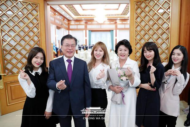 Knet khó tính cũng phải công nhận Nhà Xanh là... masternim đỉnh nhất Kpop, nhìn ảnh chụp nữ thần Yoona - Suzy, BTS và cả dàn idol là đủ hiểu! - Ảnh 13.