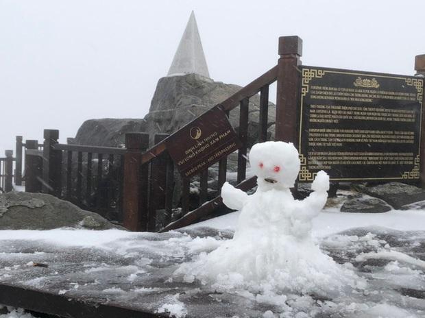 Tuyết bất ngờ rơi phủ trắng đỉnh Fansipan ngày cuối năm - Ảnh 2.