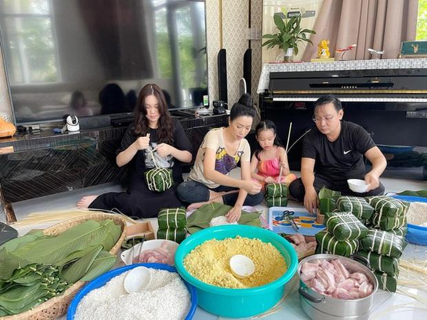 Sao Việt rộn ràng gói bánh chưng đón Tết: Minh Hằng hớn hở trông nồi bánh, Ngọc Trinh cùng hội bạn tranh thủ đọ vẻ sexy - Ảnh 3.