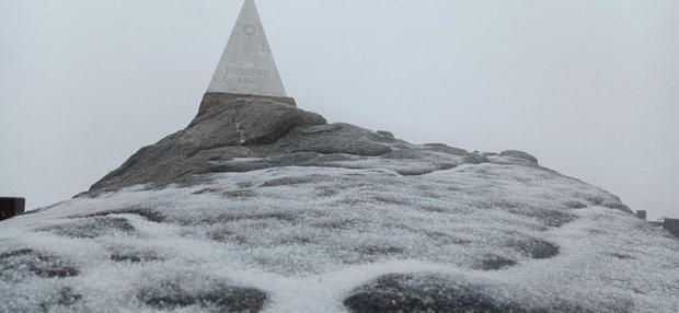 Tuyết bất ngờ rơi phủ trắng đỉnh Fansipan ngày cuối năm - Ảnh 11.