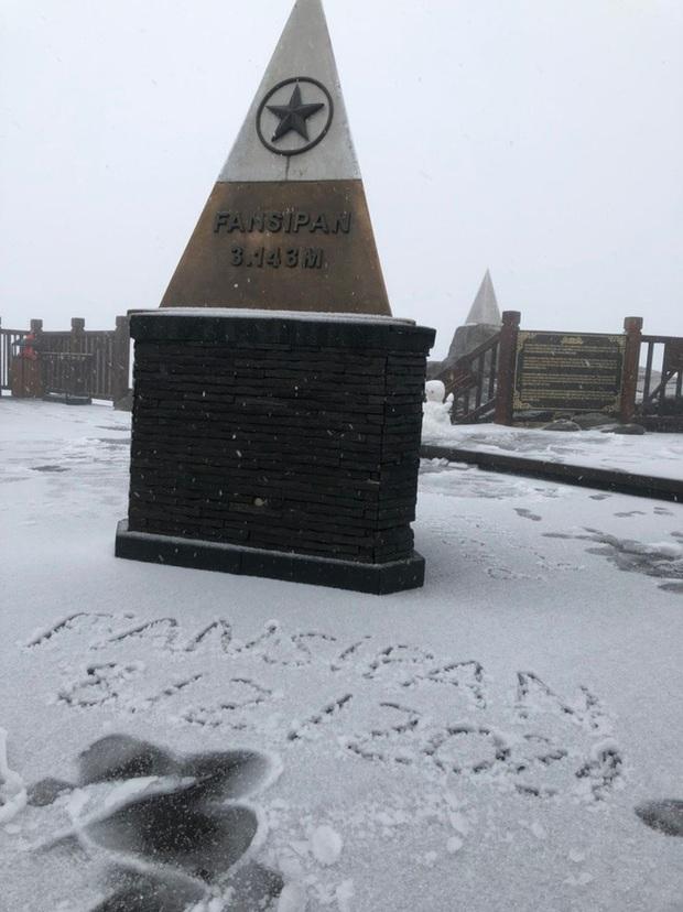 Tuyết bất ngờ rơi phủ trắng đỉnh Fansipan ngày cuối năm - Ảnh 3.
