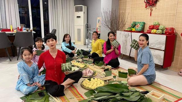 Sao Việt rộn ràng gói bánh chưng đón Tết: Minh Hằng hớn hở trông nồi bánh, Ngọc Trinh cùng hội bạn tranh thủ đọ vẻ sexy - Ảnh 4.
