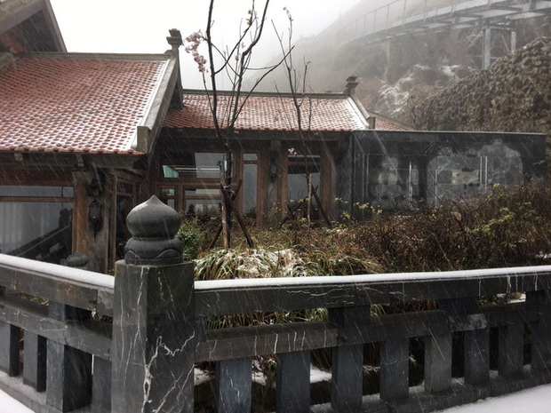 Tuyết bất ngờ rơi phủ trắng đỉnh Fansipan ngày cuối năm - Ảnh 4.