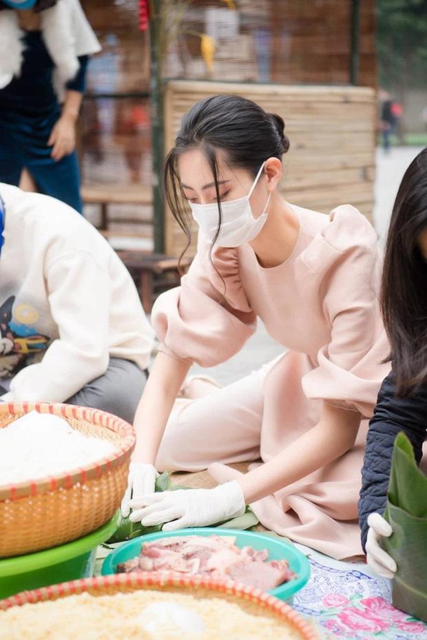 Sao Việt rộn ràng gói bánh chưng đón Tết: Minh Hằng hớn hở trông nồi bánh, Ngọc Trinh cùng hội bạn tranh thủ đọ vẻ sexy - Ảnh 7.