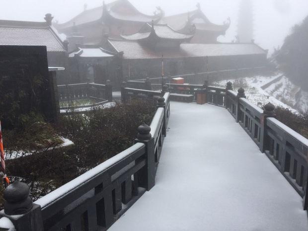 Tuyết bất ngờ rơi phủ trắng đỉnh Fansipan ngày cuối năm - Ảnh 9.