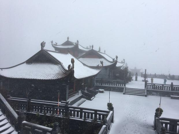 Tuyết bất ngờ rơi phủ trắng đỉnh Fansipan ngày cuối năm - Ảnh 10.