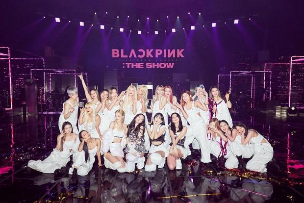 BLACKPINK bị ném đá vì chụp ảnh với dancer mà không đeo khẩu trang phòng dịch, fan lập tức phản dame cực thuyết phục - Ảnh 1.