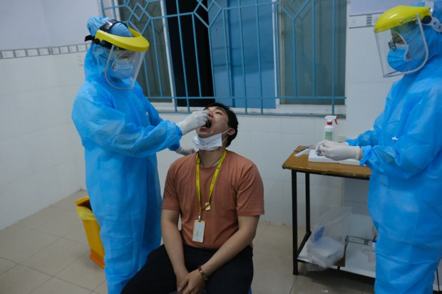 NÓNG: Thêm 24 ca dương tính với virus SARS-CoV-2, TP.HCM đang họp khẩn - Ảnh 1.