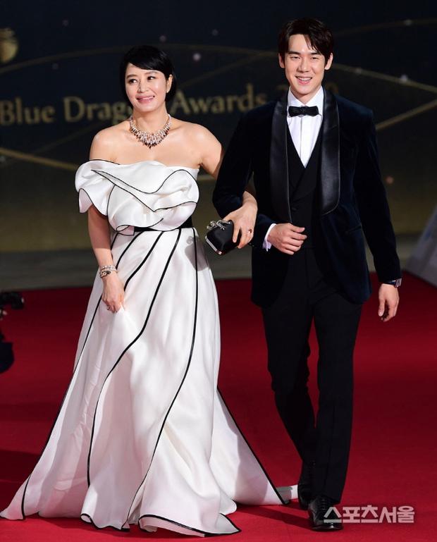 Siêu thảm đỏ Rồng Xanh 2020: Shin Min Ah lộ mặt nhăn nheo gây sốc, chị đại Kim Hye Soo đại náo bên Lee Byung Hun - Jung Woo Sung - Ảnh 4.