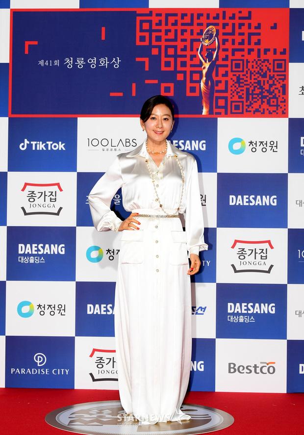 Siêu thảm đỏ Rồng Xanh 2020: Shin Min Ah lộ mặt nhăn nheo gây sốc, chị đại Kim Hye Soo đại náo bên Lee Byung Hun - Jung Woo Sung - Ảnh 17.