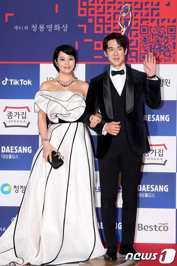 Siêu thảm đỏ Rồng Xanh 2020: Shin Min Ah lộ mặt nhăn nheo gây sốc, chị đại Kim Hye Soo đại náo bên Lee Byung Hun - Jung Woo Sung - Ảnh 2.