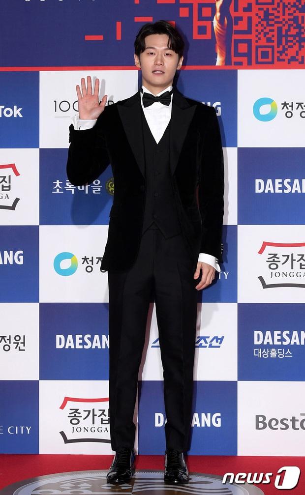 Siêu thảm đỏ Rồng Xanh 2020: Shin Min Ah lộ mặt nhăn nheo gây sốc, chị đại Kim Hye Soo đại náo bên Lee Byung Hun - Jung Woo Sung - Ảnh 32.
