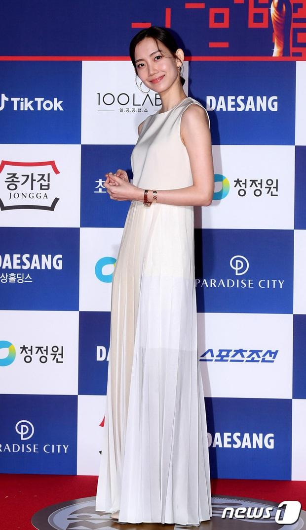 Siêu thảm đỏ Rồng Xanh 2020: Shin Min Ah lộ mặt nhăn nheo gây sốc, chị đại Kim Hye Soo đại náo bên Lee Byung Hun - Jung Woo Sung - Ảnh 26.
