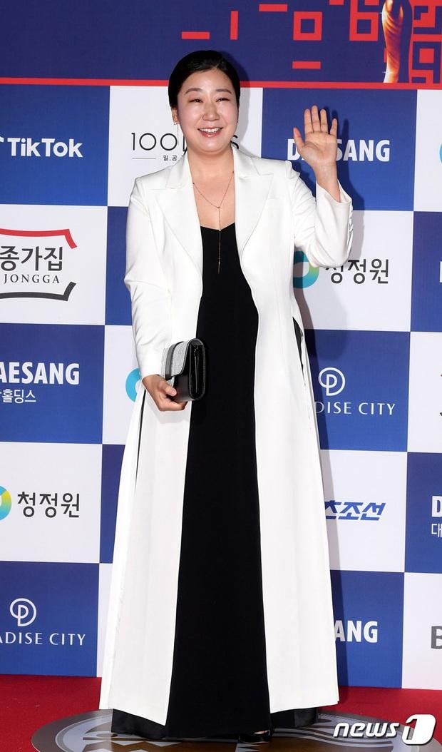 Siêu thảm đỏ Rồng Xanh 2020: Shin Min Ah lộ mặt nhăn nheo gây sốc, chị đại Kim Hye Soo đại náo bên Lee Byung Hun - Jung Woo Sung - Ảnh 24.