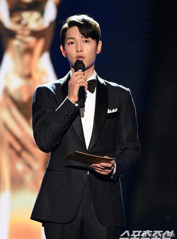 Song Joong Ki gây bão tại lễ trao giải Rồng Xanh tối nay: Lấy lại được visual đẳng cấp, nhưng sao trông buồn thế này? - Ảnh 3.