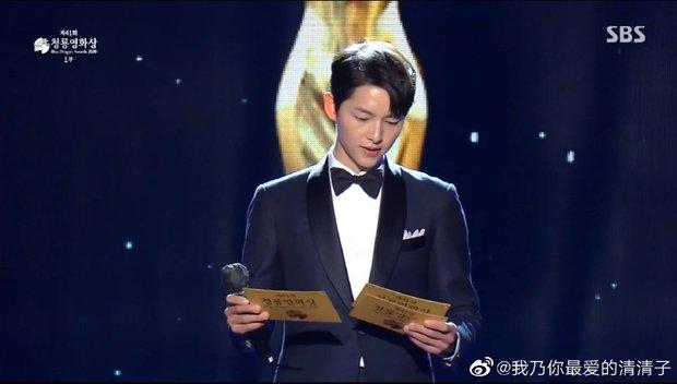 Song Joong Ki gây bão tại lễ trao giải Rồng Xanh tối nay: Lấy lại được visual đẳng cấp, nhưng sao trông buồn thế này? - Ảnh 7.