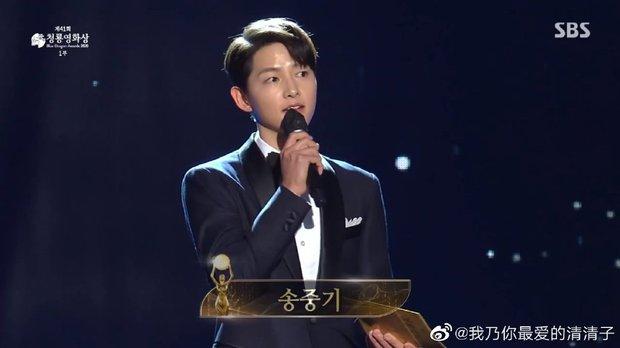 Song Joong Ki gây bão tại lễ trao giải Rồng Xanh tối nay: Lấy lại được visual đẳng cấp, nhưng sao trông buồn thế này? - Ảnh 6.