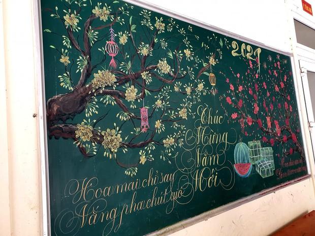 Chỉ sau 3 tiếng đồng hồ, cô giáo hô biến bảng xanh phấn trắng thành bức hoạ chúc mừng năm mới tuyệt đẹp - Ảnh 2.