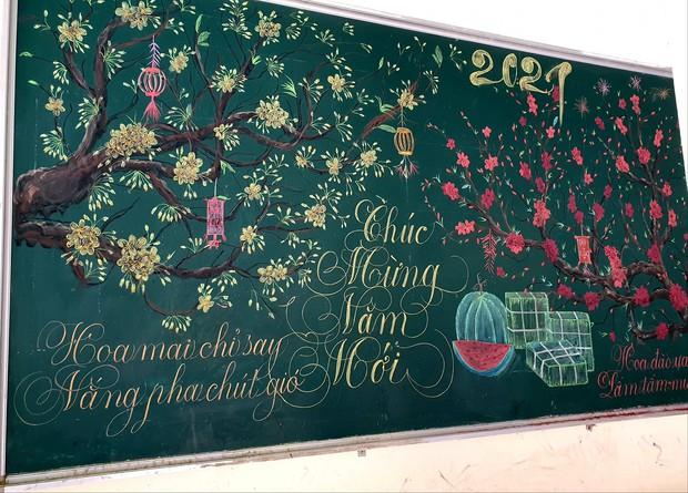 Chỉ sau 3 tiếng đồng hồ, cô giáo hô biến bảng xanh phấn trắng thành bức hoạ chúc mừng năm mới tuyệt đẹp - Ảnh 3.