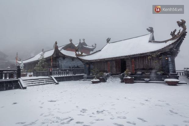 Ảnh: 28 Tết, tuyết phủ dày 60cm trên đỉnh Fansipan, đẹp như phim cổ trang - Ảnh 7.