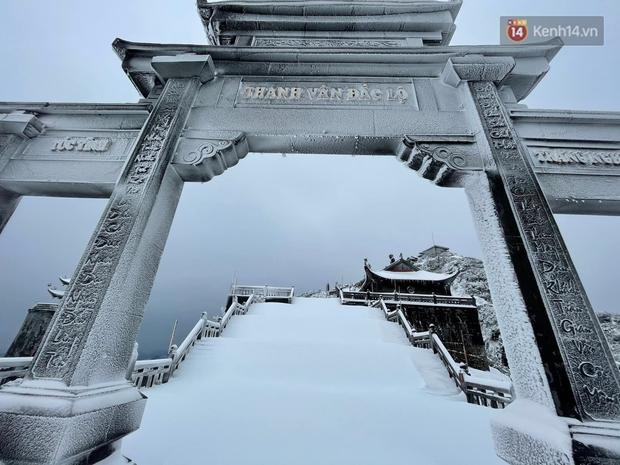 Ảnh: 28 Tết, tuyết phủ dày 60cm trên đỉnh Fansipan, đẹp như phim cổ trang - Ảnh 10.