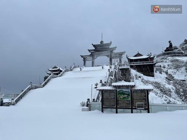 Ảnh: 28 Tết, tuyết phủ dày 60cm trên đỉnh Fansipan, đẹp như phim cổ trang - Ảnh 5.