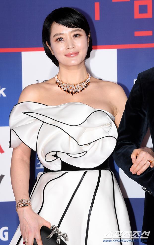 Siêu thảm đỏ Rồng Xanh 2020: Shin Min Ah lộ mặt nhăn nheo gây sốc, chị đại Kim Hye Soo đại náo bên Lee Byung Hun - Jung Woo Sung - Ảnh 3.