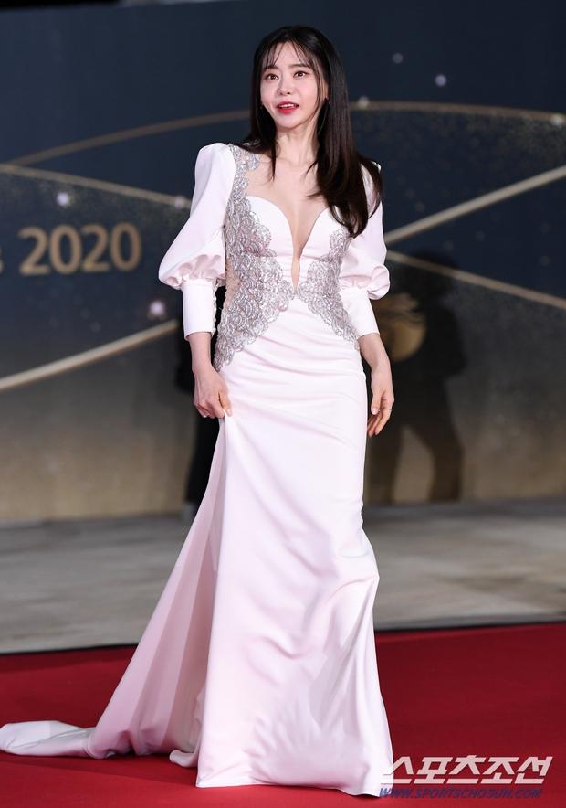 Siêu thảm đỏ Rồng Xanh 2020: Shin Min Ah lộ mặt nhăn nheo gây sốc, chị đại Kim Hye Soo đại náo bên Lee Byung Hun - Jung Woo Sung - Ảnh 23.