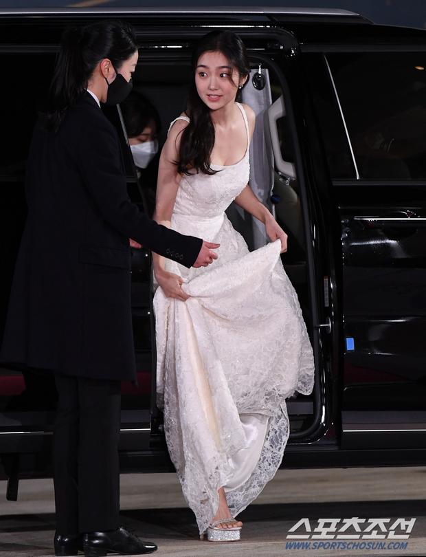 Siêu thảm đỏ Rồng Xanh 2020: Shin Min Ah lộ mặt nhăn nheo gây sốc, chị đại Kim Hye Soo đại náo bên Lee Byung Hun - Jung Woo Sung - Ảnh 21.