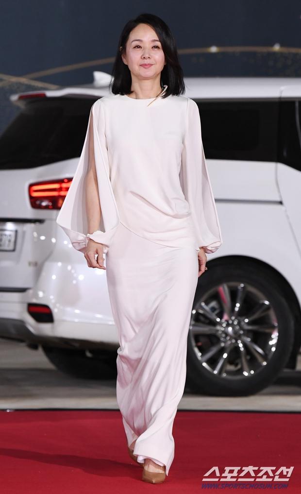 Siêu thảm đỏ Rồng Xanh 2020: Shin Min Ah lộ mặt nhăn nheo gây sốc, chị đại Kim Hye Soo đại náo bên Lee Byung Hun - Jung Woo Sung - Ảnh 25.