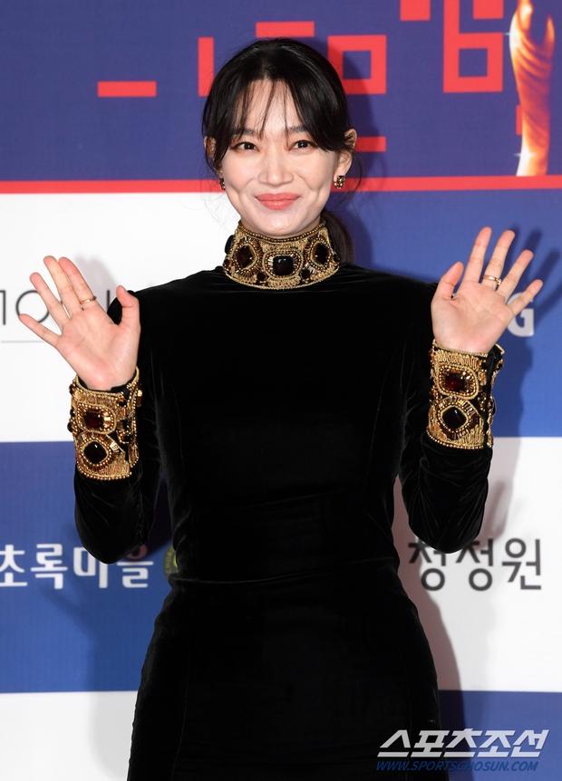 Siêu thảm đỏ Rồng Xanh 2020: Shin Min Ah lộ mặt nhăn nheo gây sốc, chị đại Kim Hye Soo đại náo bên Lee Byung Hun - Jung Woo Sung - Ảnh 6.