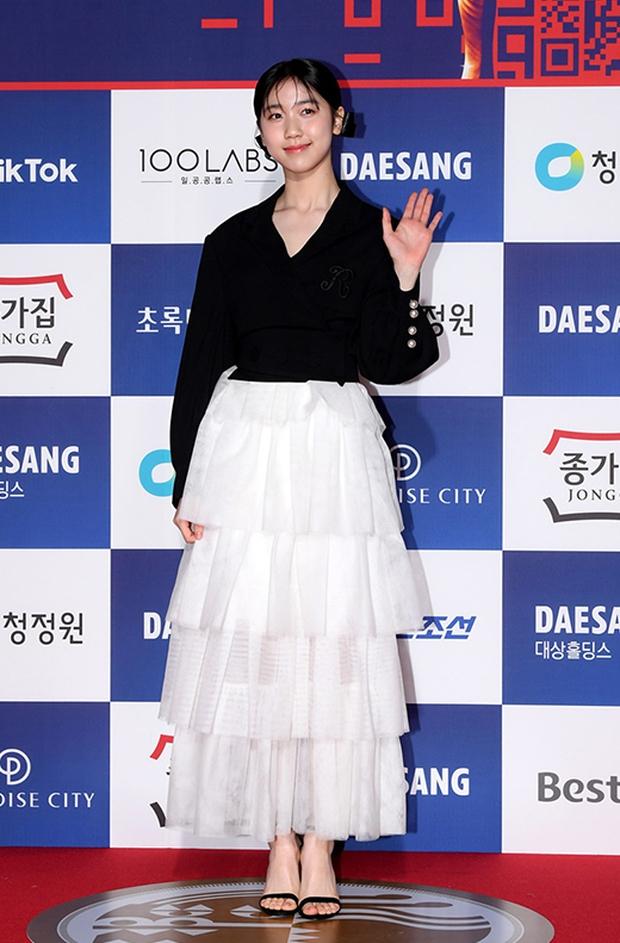 Siêu thảm đỏ Rồng Xanh 2020: Shin Min Ah lộ mặt nhăn nheo gây sốc, chị đại Kim Hye Soo đại náo bên Lee Byung Hun - Jung Woo Sung - Ảnh 20.