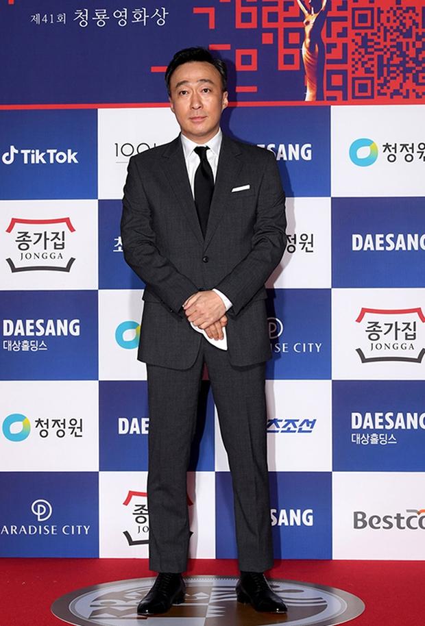 Siêu thảm đỏ Rồng Xanh 2020: Shin Min Ah lộ mặt nhăn nheo gây sốc, chị đại Kim Hye Soo đại náo bên Lee Byung Hun - Jung Woo Sung - Ảnh 35.