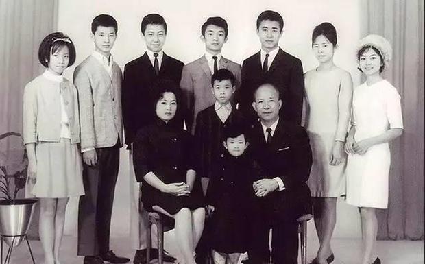 Sóng gió gia tộc Hồng Kông đời thực: Mẹ già 100 tuổi tranh chấp đế chế bất động sản khổng lồ với chính các con đẻ và cái kết chua chát sau cùng - Ảnh 1.
