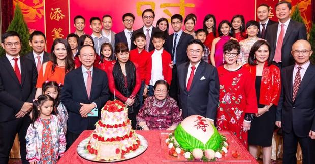 Sóng gió gia tộc Hồng Kông đời thực: Mẹ già 100 tuổi tranh chấp đế chế bất động sản khổng lồ với chính các con đẻ và cái kết chua chát sau cùng - Ảnh 3.