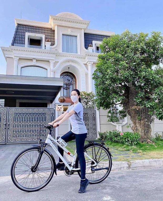 4 nhà hào môn Vbiz trang trí đón Tết: Bảo Thy - Hà Tăng sáng nhất khu nhà giàu, sân nhà Lan Khuê khủng như công viên - Ảnh 7.