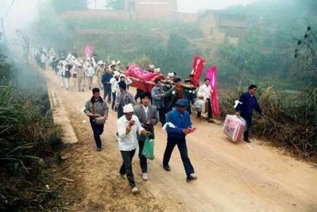 Đám cưới âm hôn ghê rợn nhất Trung Quốc: Lừa gạt, tiêm thuốc biến người sống thành cô dâu ma và cái kết dành cho kẻ săn thi thể - Ảnh 2.