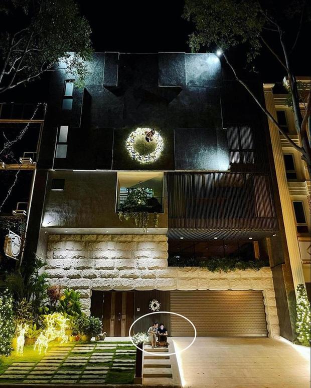 4 nhà hào môn Vbiz trang trí đón Tết: Bảo Thy - Hà Tăng sáng nhất khu nhà giàu, sân nhà Lan Khuê khủng như công viên - Ảnh 11.